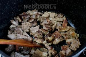 В разогретом масле в казане поджарить кусочки мяса до красивой румяной корочки.
