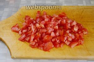 Очень мелкими кубиками порезать свежий помидор.