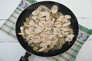 В конце добавляем филе. Вводим соль и перец чёрный молотый по вкусу. Обжариваем минуты 3-5. Начинка готова.