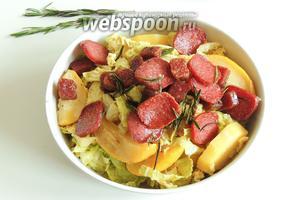 Подаём яблочно-капустный топф с обжаренной колбаской. Приятного аппетита!