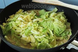 Затем добавим нарезанную савойскую капусту.