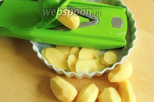 Картофель нашинкуем тоненько прямо сразу в форму для выпечки.