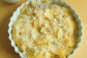 Распределим картофель и приправим солью и перцем. Перемешаем. Сверху насыпем половину порции тёртого сыра.