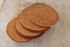Разрезать бисквит на 4 коржа.