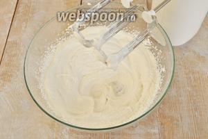 Для работы с растительными сливками необходимо их охладить, сгущённое молоко тоже. Миску для взбивания лучше хотя бы час подержать в холодильнике. Растительные сливки взбивать со сгущённым молоком, пока они не увеличатся в объёме втрое. Немного сливок отложить в стакан и подкрасить в розовый цвет пищевым красителем.