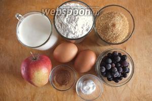 Подготовьте необходимые ингредиенты: кефир, муку, коричневый сахар,яблоки, яйца, специи, соду, соль и замороженную чёрную смородину. Также понадобится немного сахарной пудры и крахмала, но это необзятельные ингредиенты.