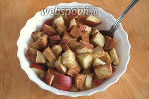 Нарежьте яблоки кусочками, перемешайте с 2 ст.л. сахара и специями. Разогрейте духовку до 190ºC.