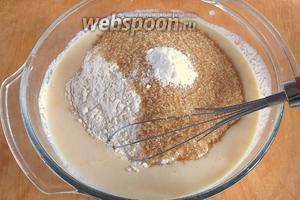 Добавьте просеянную муку, сахар, соль и соду. Размешайте тесто венчиком.