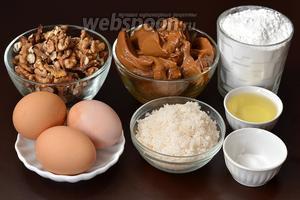 Для приготовления пирога нам понадобится варёное сгущённое молоко, орехи грецкие, яйца, сахар, сода, мука, уксус, подсолнечное масло.