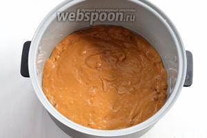 Чашу мультиварки (у меня мультиварка Polaris) смазать подсолнечным маслом и выложить в неё тесто.