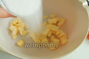 Масло комнатной температуры нарежем на куски и добавим к нему сахар и ванильный сахар и щепотку соли.