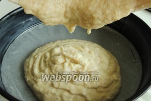 Выливаем тесто в выстиланную форму пекарской бумагой и смазанными стенками маслом.