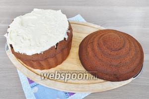 Смазать кремом нижнюю часть торта