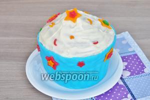 Украсить декором и отправить в холод на два часа. Торт готов.