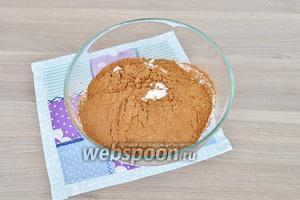 Муку просеять с какао и разрыхлителем.