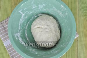 Замесить мягкое тесто, чтобы не липло и поставить в тёплое место для подъёма.