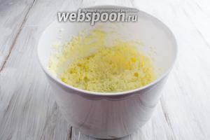 Масло мягкое взбить с сахаром.