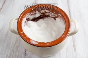 Белки взбить на водяной бане с 1 ч.л. сахарной пудры в течение 7-10 минут.