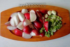 Овощи помыть, редиску и нарезать на 4-6 долек, чеснок почистить, лук нарезать. Перья лука нарезаем отдельно и откладываем, так как мы будем добавлять его в конце жарки.
