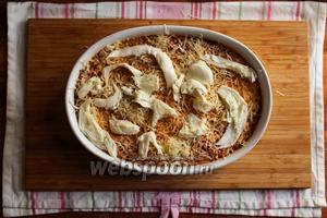 Последний слой должен состоять из томатного соуса и сыра. Положите сверху ломтики моцареллы.