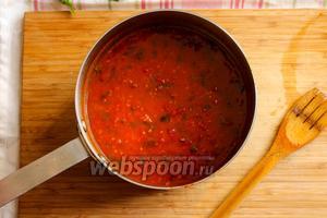 Когда соус будет готов, приправьте его чёрным перцем, солью и, если соус получился кисловат добавьте столовую ложку сахара. Перемешайте и снимите с огня и отставьте в сторону.