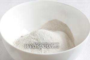Два вида муки просеять в миску, добавить соль и сахар.