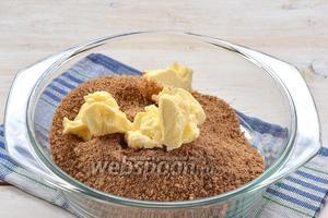 Измельчённое печенье соединить со сливочным маслом комнатной температуры.