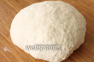 Замесить довольно крутое тесто, накрыть салфеткой и дать тесту отдохнуть 5-10 минут.