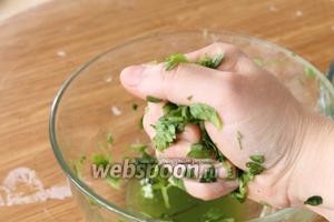 Зелень, которую мы посолили, слегка  «пожамкать», затем взять в ладонь горсть и немного отжать, чтобы стекла лишняя жидкость и чтобы трава слегка обмякла. Так делаем ос всей зеленью.