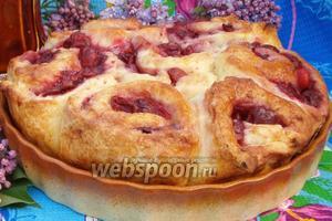 Пирог можно посыпать сахарной пудрой, а также можно подавать тёплым. Приятного аппетита.
