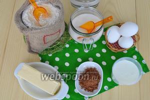 Для классического шоколадного бисквита молоко должно быть тёплым. Яйца, сахар и мука — всё комнатной температуры.