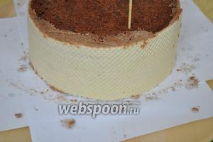 Сбрызнуть из распылителя немного водой, они станут гибкими. Наклеить их на бока торта. Теперь ставим торт на ночь в холодильник, чтобы он пропитался и окреп.