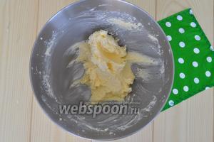 Масло растереть с сахаром.