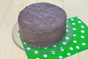 Покрыть торт и поставить в холод, перед декорированием обязательно ещё раз выровнять горячим ножом.
