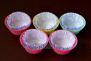 В силиконовые формочки вложить бумажные вкладыши для кексов.