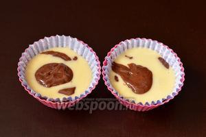 Поочередно выкладывать в формочки по чайной ложке белое и шоколадное тесто. Заполнить форму на 2\3 объёма.