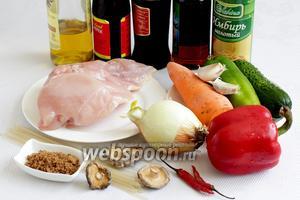 Возьмём куриное филе, лук репчатый, морковь, перец сладкий красный, перец зелёный полугорький, огурец, чеснок, грибы сухие, сахар коричневый, масло растительное, масло кунжутное, устричный соус, соевый соус, имбирь и кленовый сироп.
