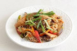 Подавать курицу по-корейски посыпав зелёным луком.