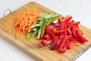 Морковь и перцы нарезать соломкой.
