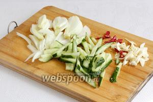 Лук, огурцы, чеснок и чили так же нарезать. Обычно на востоке овощи всегда нарезают соломкой.