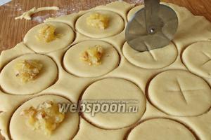 Тесто разделить на 3 равные части и каждую раскатать в тонкий пласт. Нарезать при помощи стакана кружочки. На одну часть положить яблочный джем, а на другой части сделать крестообразный надрез.