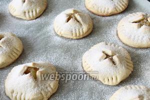 Печенья не должны сильно румяниться. Готовые изделия посыпать сахарной пудрой.