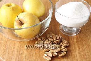 Для начинки понадобятся яблоки (желательно кислых сортов), орехи, сахар, соль.