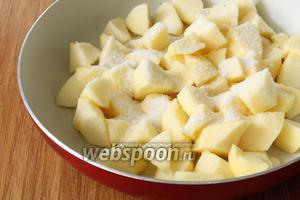 Очистить яблоки 4 штуки от кожуры и нарезать произвольными кубиками. Собрать их на сковороду, посыпать сверху сахаром (5 ст.л.) по вкусу, плотно закрыть крышку и поставить на медленный огонь. Воду не добавляем.