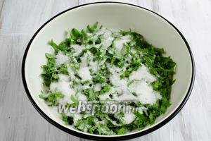 Выложить подготовленный щавель в глубокую посуду. Посыпать сахаром, щепоткой соли. Перемешать.