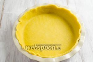 С помощью скалки выложить тесто в форму размером 23 см в диаметре.