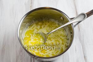 Добавить яйцо и желток одного яйца (белок оставить для помазки). Перемешать.