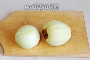 Очистить лук и яблоко.