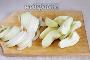 Нарезать полукольцами луковицу, крупными дольками яблоко.
