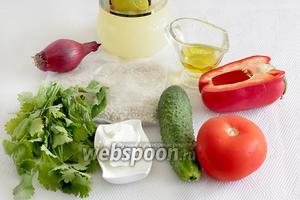 Для салата возьмём перловку в пакетиках, брынзу, перец сладкий, огурец, помидоры, зелень, травы, лимонный сок и оливковое масло.